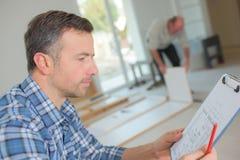 Инспектор по строительству смотря новое свойство стоковые изображения rf