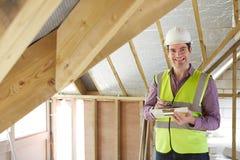 Инспектор по строительству смотря крышу нового свойства стоковая фотография