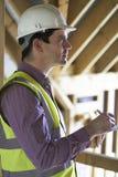Инспектор по строительству смотря новое свойство стоковая фотография rf