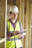 Инспектор по строительству смотря новое свойство стоковая фотография