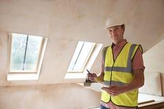 Инспектор по строительству смотря новое свойство стоковое фото