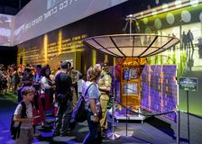 Инструктор армии говорит посетителям о принципе спутниковой антенна-тарелки на ` выставки армии наше ` IDF стоковое фото rf