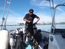Инструктор пикирования подготавливая снаряжение для подводного плавания Стоковые Изображения
