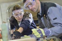 Инструктор показывая работу плотничества тренирующей Стоковая Фотография RF