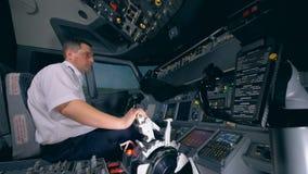 Инструктор полета проверка готовности оборудования в летном тренажере перед запускать видеоматериал