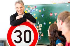 Инструктор по вождению с его классом Стоковые Фото