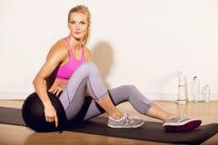 Инструктор пригодности на гимнастике с шариком Pilates Стоковые Изображения