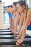 Инструктор при класс фитнеса выполняя тренировку аэробики шага Стоковое Фото