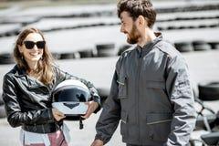 Инструктор с женщиной на идет-kart след стоковая фотография