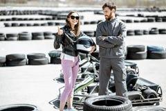 Инструктор с женщиной на идет-kart след стоковая фотография rf