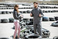 Инструктор с женщиной на следе с идет-karts стоковые изображения rf