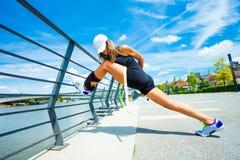 Инструктор фитнеса женщины делая тренируя внешний город летнего дня Стоковые Изображения RF