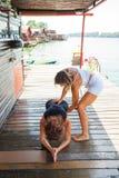 Инструктор фитнеса женщины помогая молодой женщине в тренировке переплюнет Стоковое Изображение RF