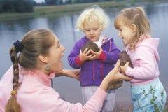 Инструктор daycare играя с дет стоковое изображение rf