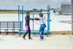Инструктор Skydiving учит ей правильному skydiving положению перед скакать Стоковые Изображения RF