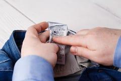 Инструкция заботы мытья Readind стоковая фотография