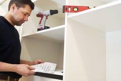 Инструкция установки чтения человека для шкафа стоковое фото rf