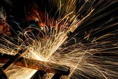 Инструментальный металл работника с точильщиком меля искры утюга Стоковое Изображение