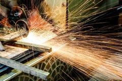 Инструментальный металл работника с точильщиком меля искры утюга Стоковые Изображения RF