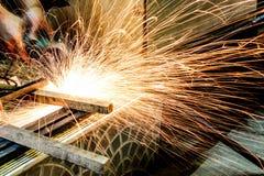 Инструментальный металл работника с точильщиком меля искры утюга Стоковые Фотографии RF