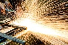 Инструментальный металл работника с точильщиком меля искры утюга Стоковые Фото