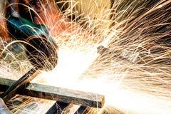 Инструментальный металл работника с точильщиком меля искры утюга Стоковое Изображение RF