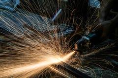 Инструментальный металл работника с точильщиком меля искры утюга Стоковое Фото