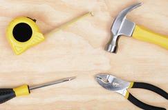 4 инструмента на деревянной предпосылке стоковое изображение rf