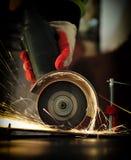 Инструментальный металл работника с точильщиком стоковая фотография rf