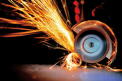 Инструментальный металл работника с точильщиком стоковое изображение rf