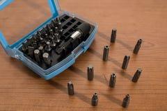 Инструменты, аксессуары буровых наконечников на деревянной таблице стоковое фото rf