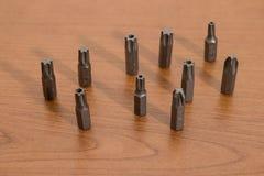 Инструменты, аксессуары буровых наконечников на деревянной таблице стоковое изображение