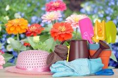 инструменты весеннего времени сада садовничая стоковое изображение