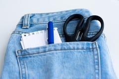 Инструменты в голубые джинсы pocket на белой предпосылке Стоковое Фото