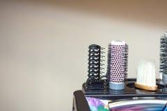 Инструменты в парикмахерской на стойке стоковые фотографии rf