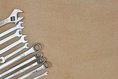 Инструменты гаечных ключей различные ключа на деревянной предпосылке Стоковые Фото