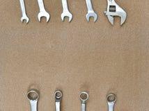 Инструменты гаечных ключей различные ключа на деревянной предпосылке Стоковое Изображение RF