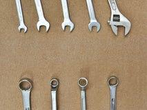 Инструменты гаечных ключей различные ключа на деревянной предпосылке Стоковое фото RF