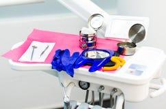 Инструменты дантиста зеркало, хлопки, и хирургический пинцет стоковые фотографии rf