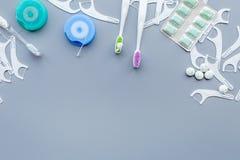 Инструменты для гигиены ротовой полости Щетка, зубочистка, камедь на голубом космосе экземпляра предпосылки стоковое изображение
