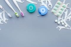 Инструменты для гигиены ротовой полости Щетка, зубочистка, камедь на голубом космосе экземпляра предпосылки стоковая фотография rf