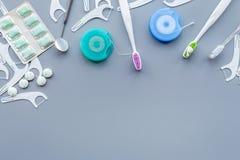 Инструменты для гигиены ротовой полости Щетка, зубочистка, камедь, зубоврачебное зеркало на голубом copyspace предпосылки стоковое изображение