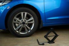 Инструменты для заменять колесо автомобиля Стоковая Фотография