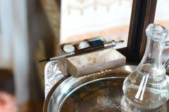 Инструменты для крещения младенца Католицизм, концепция христианства стоковая фотография rf