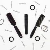 Инструменты для парикмахера и hairpins на белой предпосылке перл макроса имитировать поля детали глубины контейнера принципиально Стоковые Изображения RF