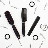 Инструменты для парикмахера и hairpins на белой предпосылке Состав красоты Плоское положение, взгляд сверху Стоковое Изображение RF