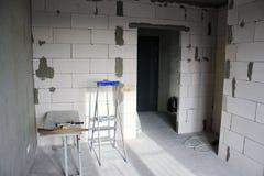 Инструменты для ремонта и строительств: лестница, лопатка, молоток ремонт квартиры, конструкции стен стоковые фото