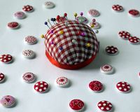 инструменты для шить и needlework t пестротканый шить поток кнопки стоковые изображения rf
