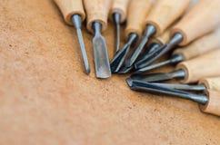 Инструменты для woodcarving на грубом конце предпосылки вверх Стоковое Изображение RF