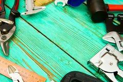 Инструменты деятельности (пила, струбцина, сшиватель и другие) дальше Стоковые Изображения